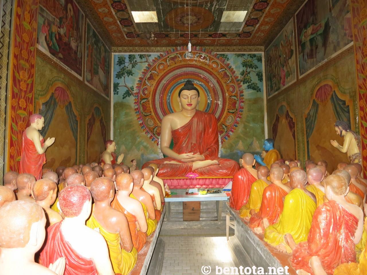 Budda und der blaue Mönch (rechts vorne)