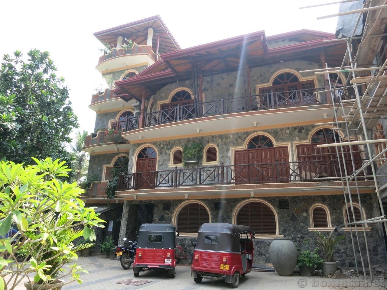 Warahena Beach Hotel Strasse